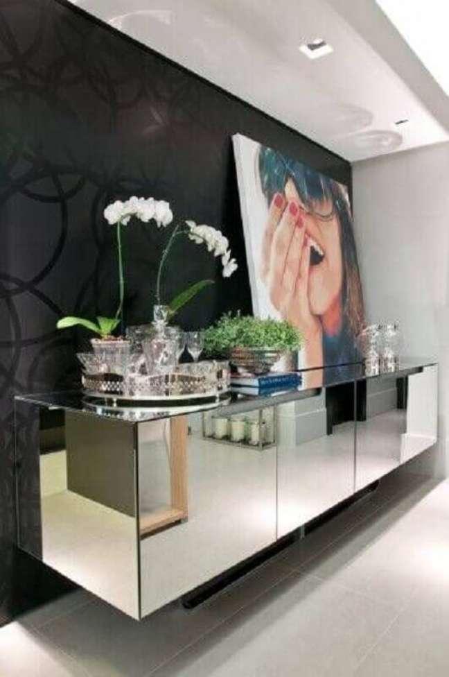 42. Papel de parede preto para decoração de sala de jantar com buffet espelhado – Foto: HomeAdore