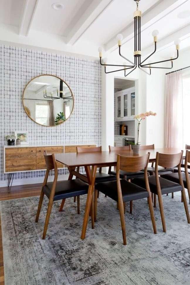 39. Lustre moderno para decoração de sala de jantar com buffet e espelho redondo – Foto: Style me Pretty