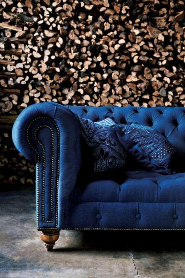 20. Sofá azul na sala moderna – Via: Keroiam