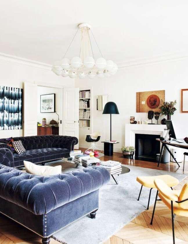 4. Conjunto sofá chesterfield usado na cor azul – Via: Domaine Home