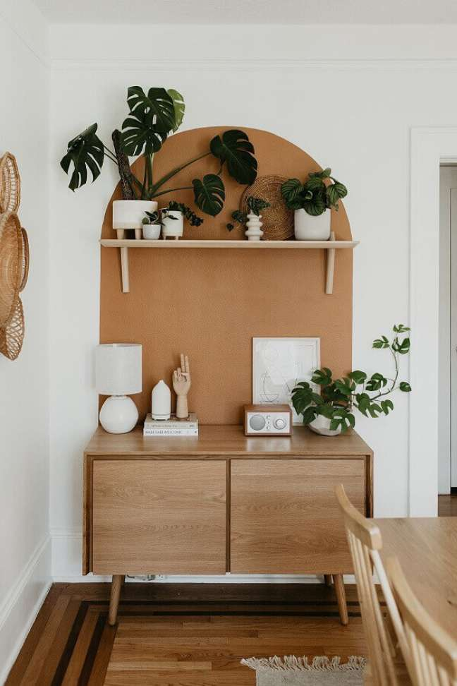 5. Decoração simples em cores neutras para sala de jantar pequena com buffet de madeira – Foto: Apartment Therapy