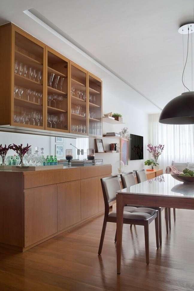 17. Decoração de sala de jantar com buffet e cristaleira de madeira – Foto: Eduardo Franco Correia