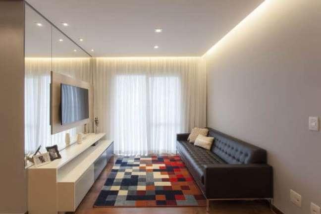 57. Sala de tv com sofá chesterfield – Via: T Interiores
