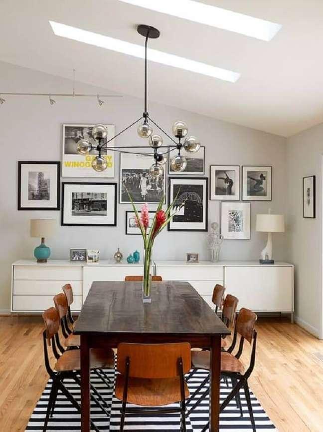 2. Decoração simples com quadros de parede para sala de jantar com buffet branco – Foto: Houzz