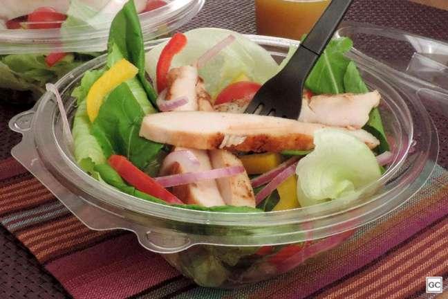 Guia da Cozinha - Salada pronta com frango rápida e saudável