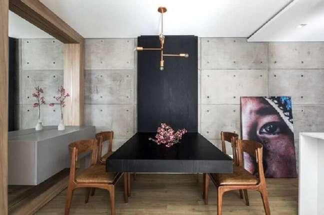 28. Decoração moderna de sala de jantar com buffet suspenso e cadeiras de couro – Foto: UNIC Arquitetura