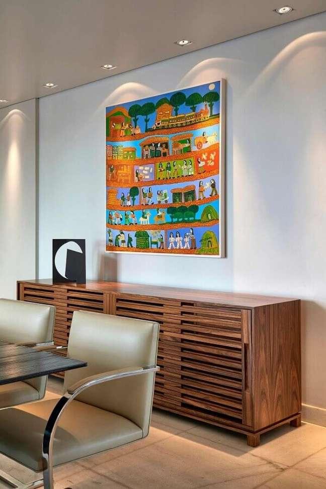 49. Quadro colorido para decoração de sala de jantar com buffet de madeira – Foto: Homify