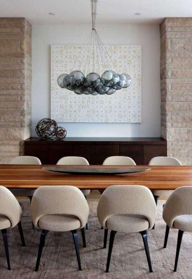 38. Lustre moderno para decoração de sala de jantar com buffet de madeira – Foto: Futurist Architecture