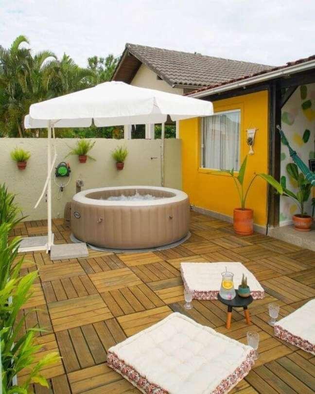6. Quintal pequeno com piscina inflável e redonda protegida do sol pelo ombrelone – Foto Cafofo do Dani
