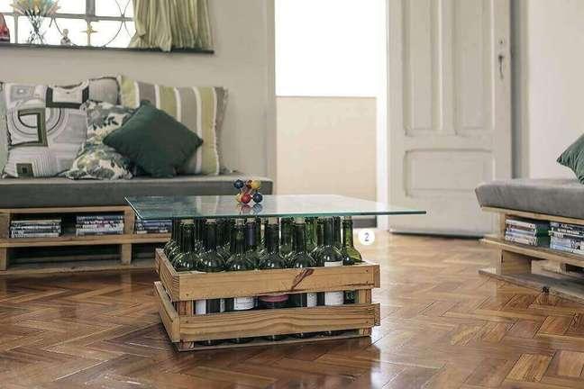44. Ideias criativas como uma mesa de centro feita de caixote e garrafas de vinho são muito utilizada na decoração de casa simples e bonita. Fonte: Reciclar e Decorar