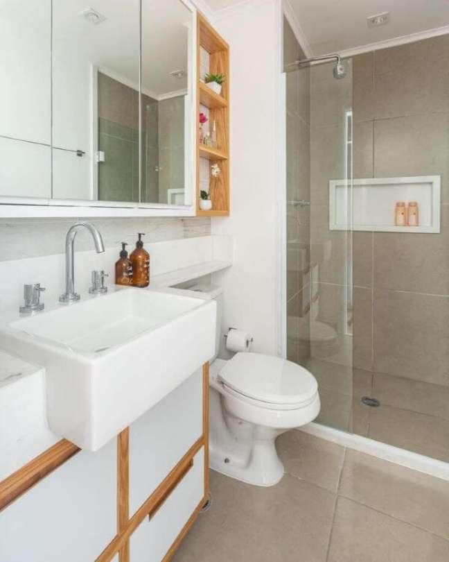 53. Banheiro branco e bege com nicho de porcelanato branco – Foto Duda Senna