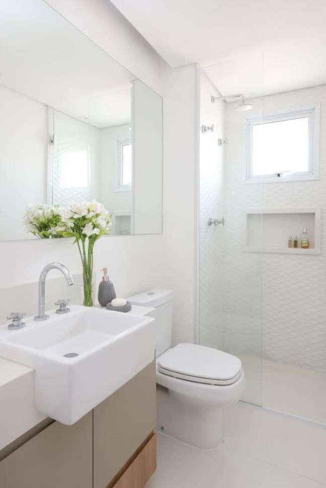51. Banheiro branco com nicho de porcelanato embutido – Foto Studio Canto Arquitetura