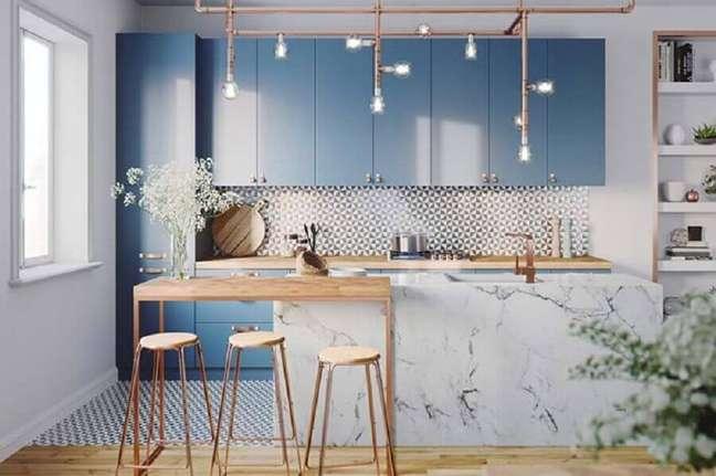 20. Cores de casas modernas decorada com cozinha planejada azul clara com bancada de mármore – Foto: Home Fashion Trend