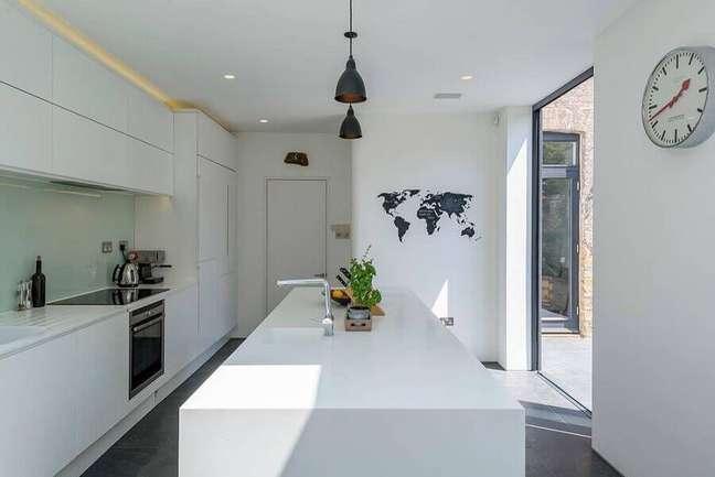 30. Cores de casas modernas para decoração de cozinha branca com ilha – Foto: Archic