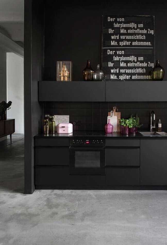 53. Decoração com cores modernas de casas com cozinha planejada preta – Foto: Home Fashion Trend