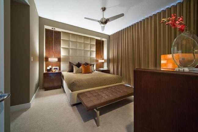 59. Tons neutros como cores de casas modernas para quarto planejado com cabeceira estofada – Foto: Dawn Kaiser Design