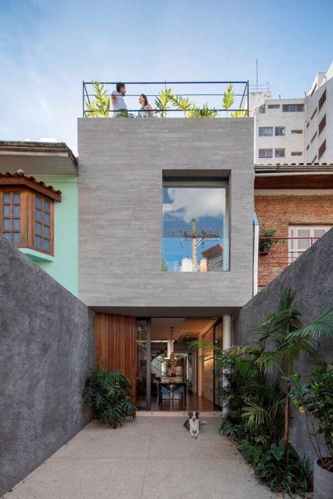 91. O concreto aparente é uma opção barata para compor a fachada da casa simples. Fonte: Estúdio BRA