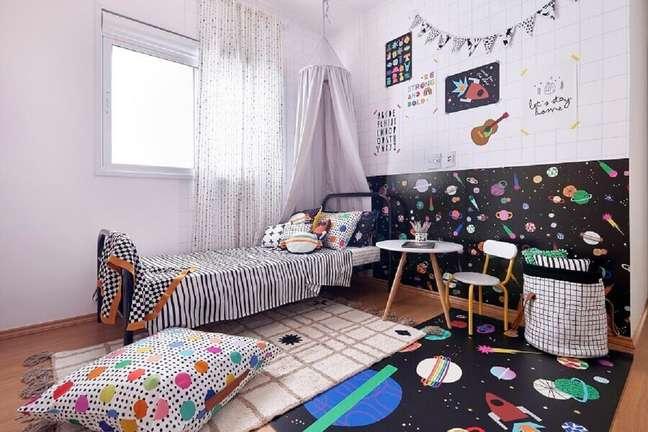 2. Tapete para decoração de quarto infantil preto e branco – Foto: Marcos Fertonani para MOOUI