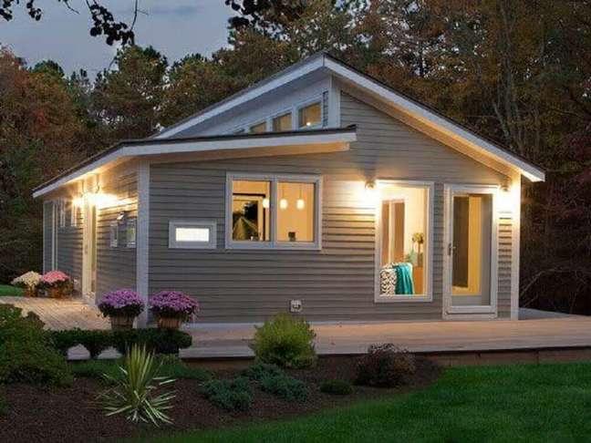 78. Em fachadas de casas simples e com tons neutros, invista em um belo jardim para trazer mais alegria e charme para a entrada da casa. Fonte: Decoração e Projetos