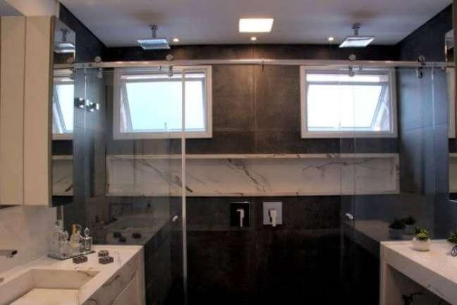 17. Banheiro grande com nicho de porcelanato marmorizado – Foto Moussi Arquitetura