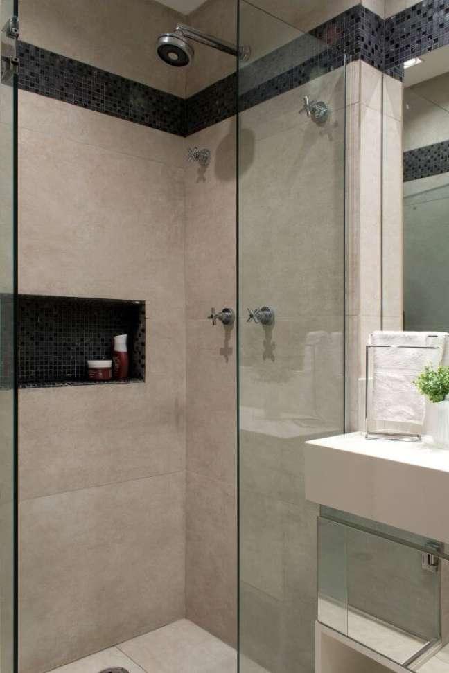38. Nicho de porcelanato preto no box do banheiro – Foto Semíramis Alice Arquitetura e Design