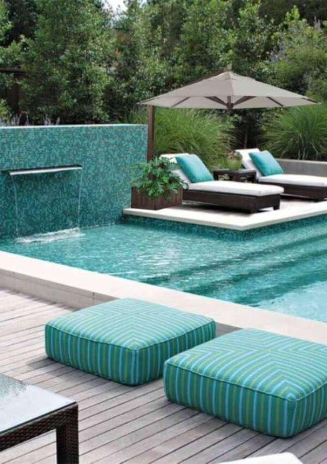 11. Área para piscinas modernas no quintal com guarda sol perto das espreguiçadeiras – Foto Decor Facil