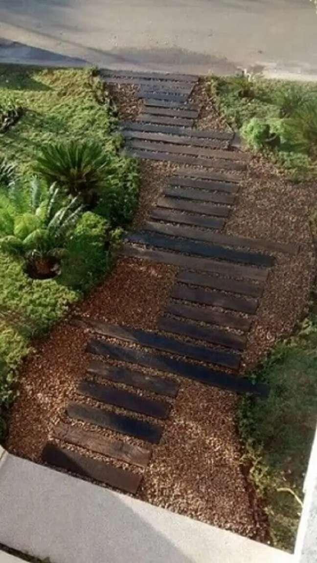 99. Cassa simples e jardim com pedras e placas de madeira. Projeto de Interarte Arquitetura