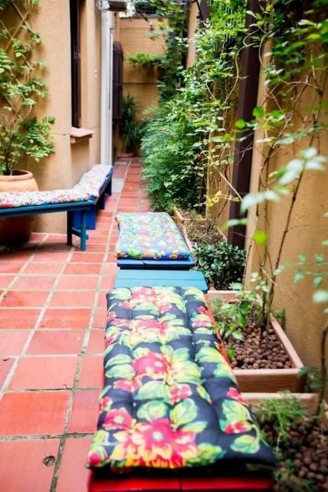 98. Casa simples decorada com jardim pequeno com pedras de argila expandida. Fonte: DH Arquitetura