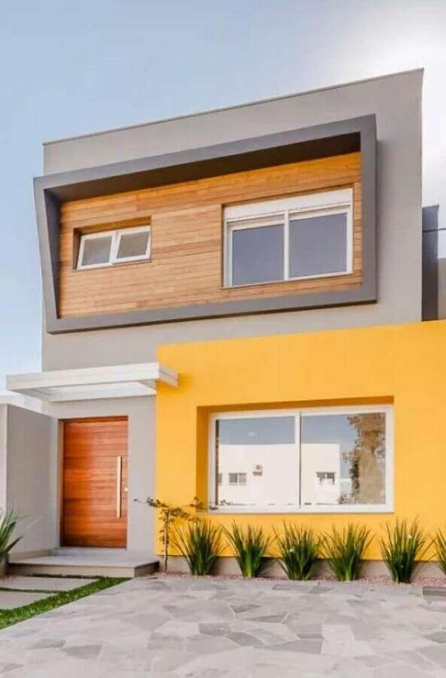 5. Ideia de cores de casas modernas externa com fachada cinza e amarela – Foto: Decor Fácil