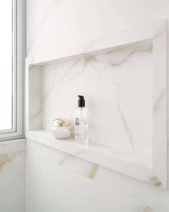 37. Nicho de porcelanato marmorizado – Foto Sabrina Salles