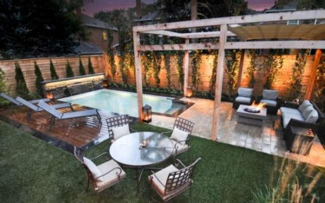 54. Quintal com piscina jardim e pergolado de madeira para móveis -Foto Bruna Saito