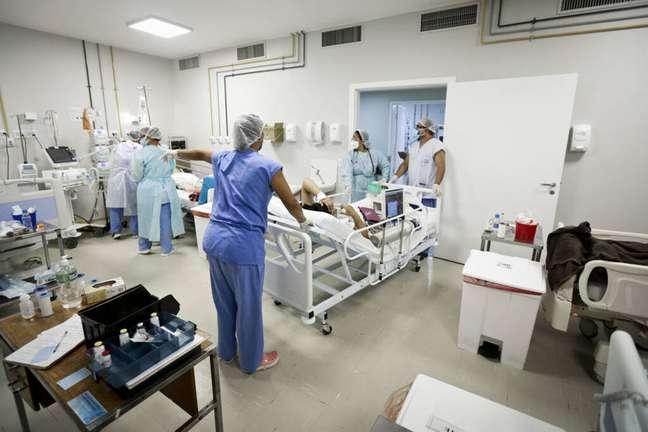 Hospital em Brasília recebe paciente infectado pela covid-19.