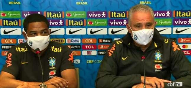 César Sampaio (à esquerda), auxiliar de Tite, afirmou: 'Sou um defensor de que esse espaço aqui não tenha cor, mas que todo capaz possa ocupar' (Reprodução / CBF)