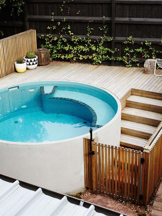 37. Quintal pequeno com piscina redonda elevada e portão para evitar a entrada de crianças – Foto Freshouz