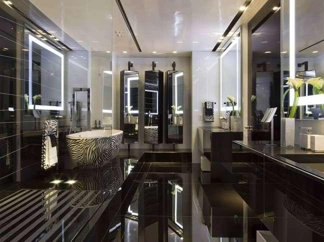 57. Ideia de cores de casas modernas planejada com banheiro preto – Foto: Nieto Design Group