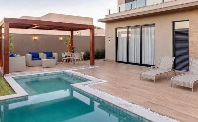 52. Quintal com piscina e piso de madeira – Foto Cia das Aguas
