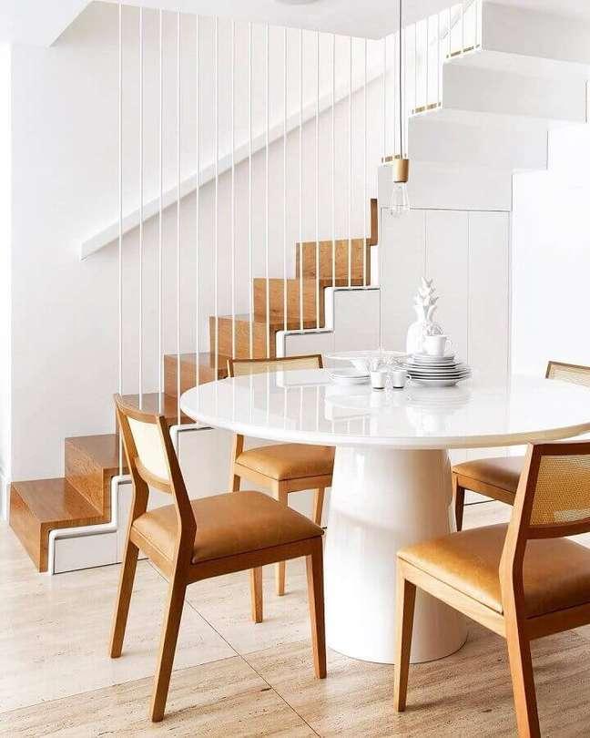 9. Branco para cores de casas modernas decorada com detalhes em madeira natural – Foto: Yamagata Arquitetura