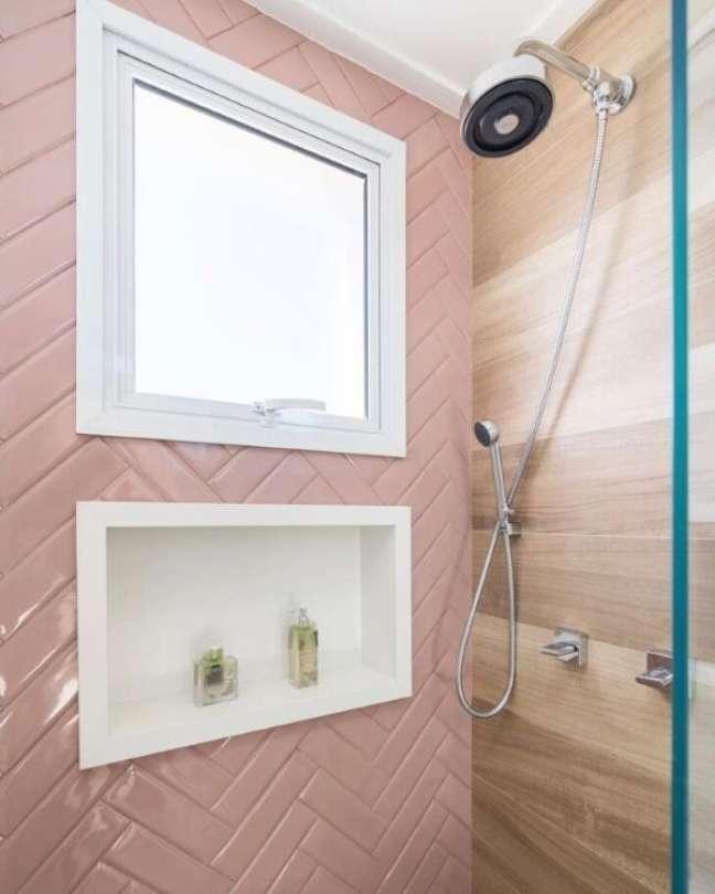 42. Revestimento rosa com nicho de porcelanato branco – Foto Monise Rosa Arquitetura