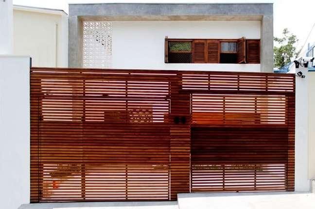 111. Fachada de casas simples com portão de madeira. Fonte: Casa 14 Arquitetura