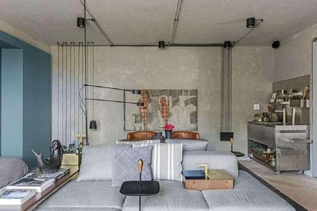 3. Cores de casas modernas para sala estilo industrial decorada com parede azul e parede de cimento queimado – Foto: Triart Arquitetura