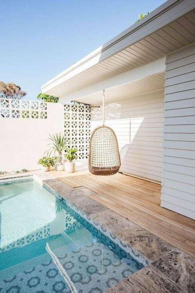 13. Borda para piscinas modernas no quintal pequeno com cadeiras de balanço – Foto Kyal e Kara