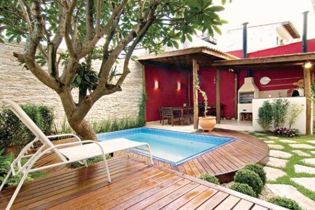 2. Quintal com piscina de fibra pequena e churrasqueira na área gourmet – Foto Mundo Das Tribos