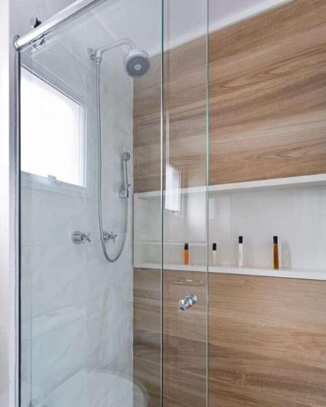 14. Banheiro com revestimento amadeirado e nicho de porcelanato branco – Foto Monise rosa