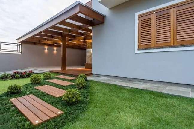 87. Pisante para jardim de madeira decoram a casa simples. Fonte: Homify
