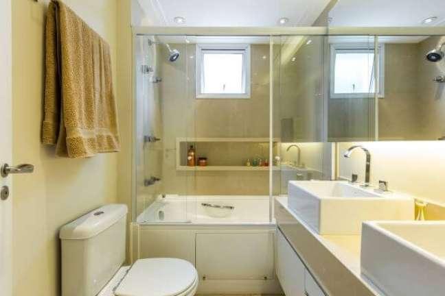 12. Banheiro com nicho de porcelanato na parede da banheira – Foto BY Arq e Design