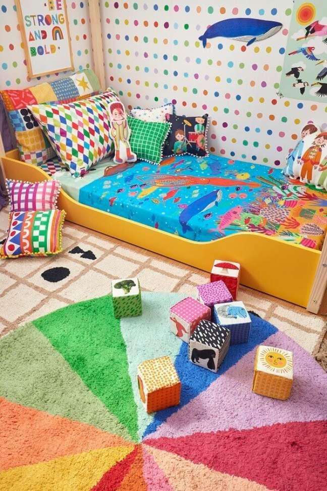 3. Decoração de quarto infantil com tapete redondo colorido e papel de parede de bolinhas – Foto: Marcos Fertonani para MOOUI