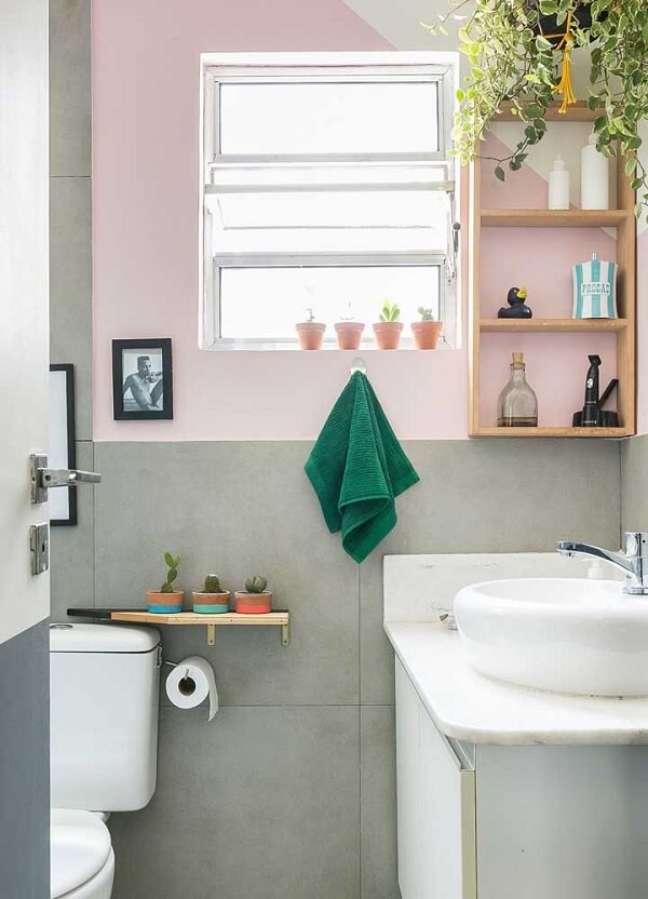 9. Banheiros revestidos com porcelanato são comuns na decoração de casas simples. Fonte: Histórias de Casa