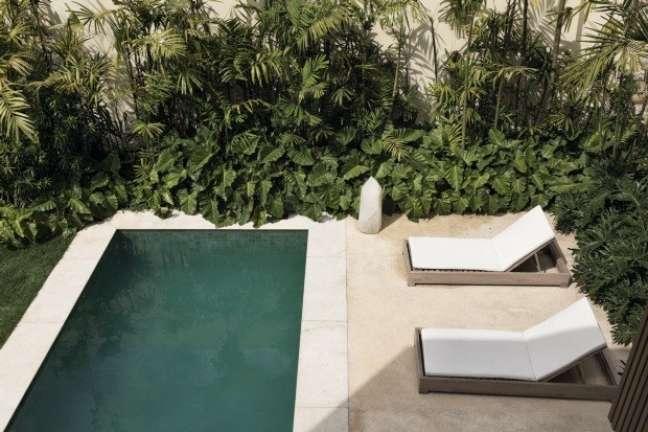 4. Decoração de quintal com piscina pequena e jardim nos cantos – Foto Casa Vogue