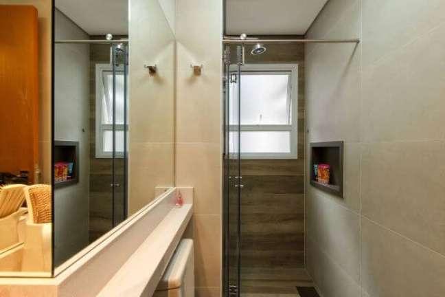 13. Banheiro com nicho feito de porcelanato marrom – Foto 2MArquitetura e Interiores
