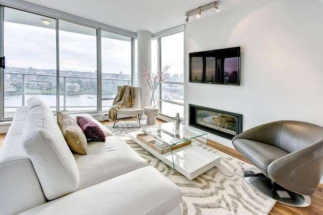16. Cores de casas modernas com sala de estar branca decorada com poltrona cinza – Foto: Carsten Arnold Photography